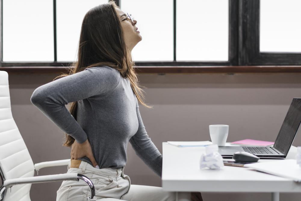 Dolor en la espalda: Ejercicios en tu puesto de trabajo que te ayudarán a prevenirlo
